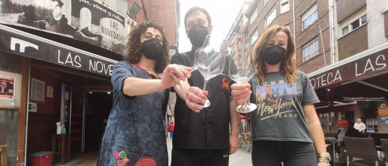 Por la izquierda, Sandra García del Castillo, Carlos Alonso y Rosana Ardura, en la calle Jerónimo Ibrán. | A. Velasco