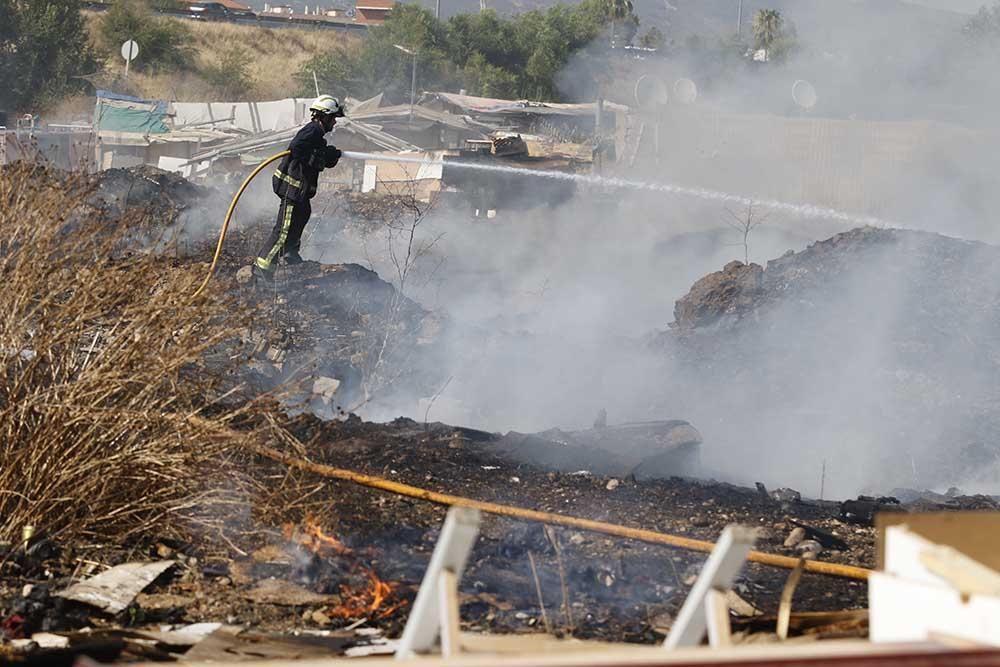 Incendio en el Camino de Carbonell junto a un asentamiento