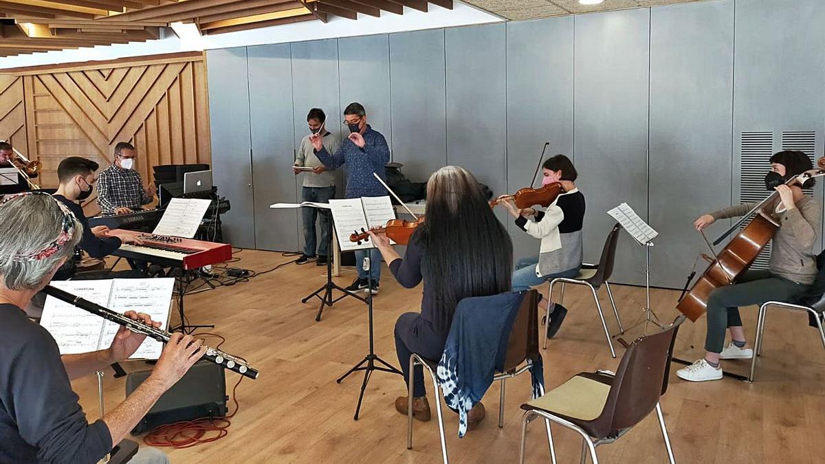 Assaig del musical «Arrelats», amb Sergi Cuenca dirigint als músics   ARRELATS