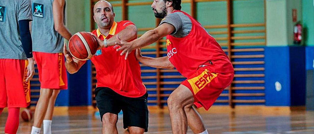 Víctor García, junto a Sergio Llull en la preparación del Mundial de 2019. | | FEB