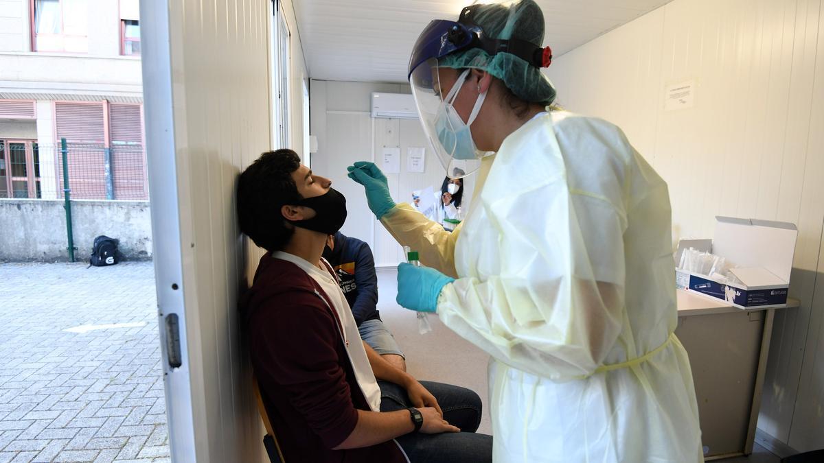Un joven del Sánchez Cantón se somete a la prueba PCR voluntaria en el Hospital Provincial.