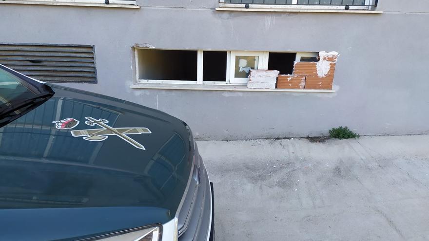 Vándalos queman un contenedor y rompen puertas y ventanales en Llucena