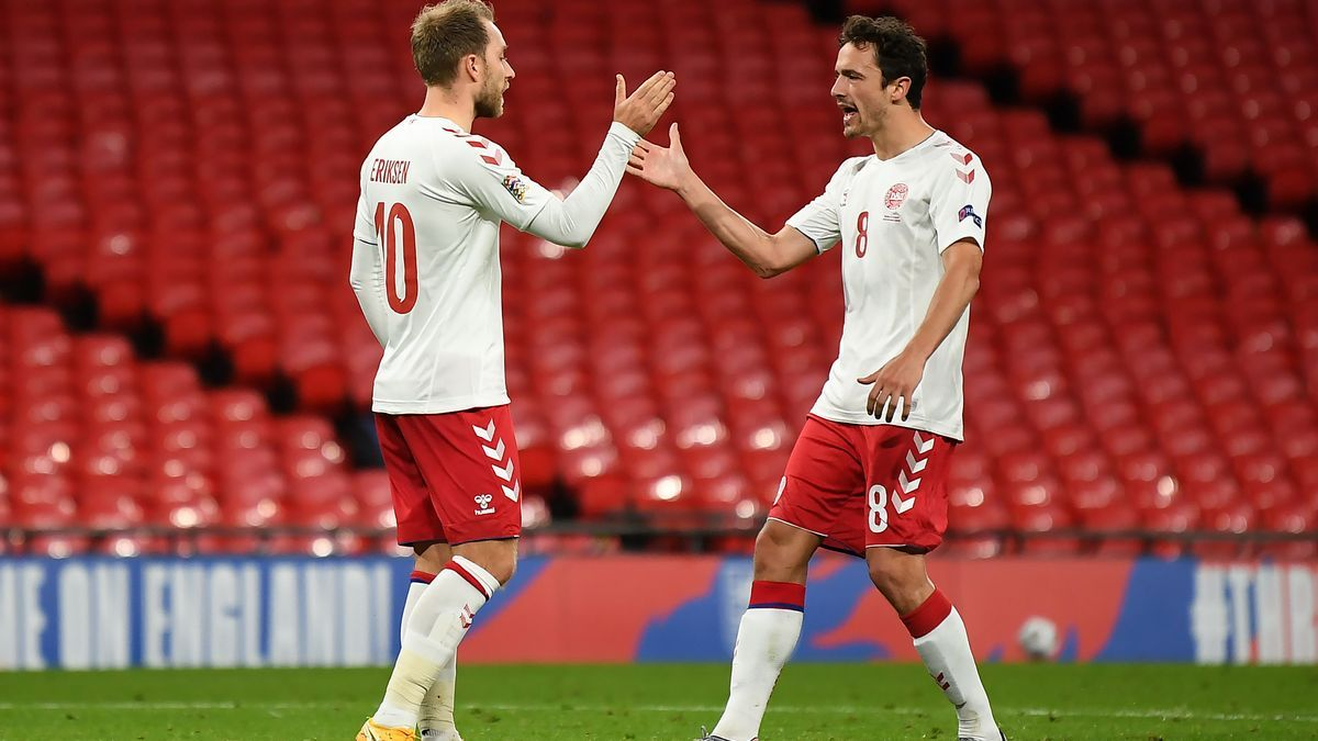 Thomas Delaney, con Dinamarca, saluda a Christian Eriksen.