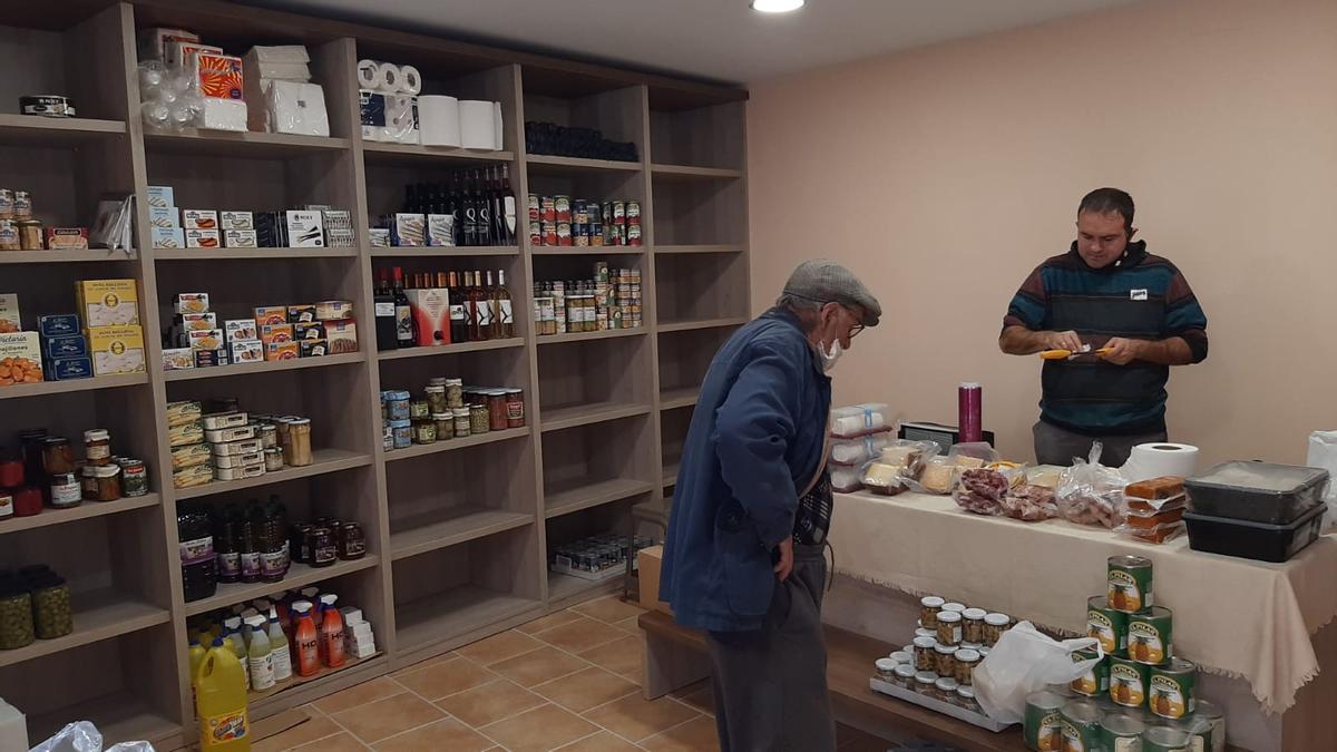Ibáñez junto a un vecino de Viver en el interior de la tienda.