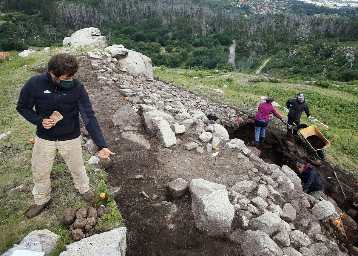 Trabajos de excavación en la cima del monte O Castro