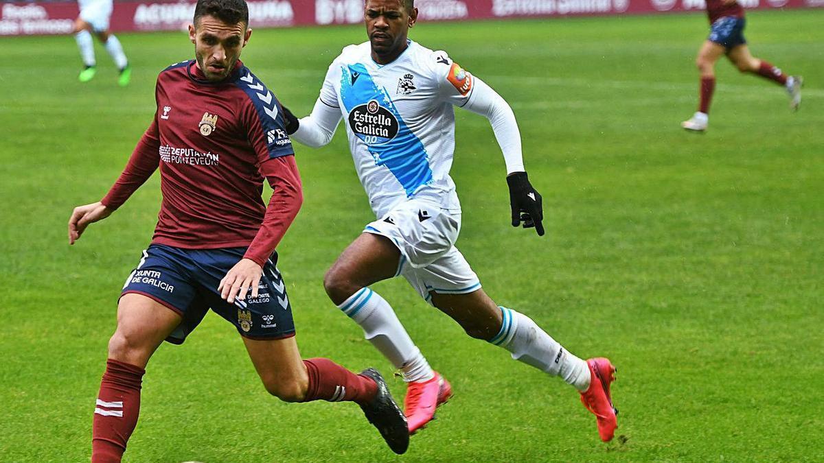 Diego Rolan persigue a un rival durante el partido de ayer en Pasarón. |  // GUSTAVO SANTOS