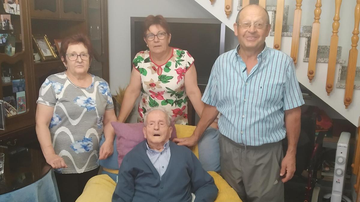 Valeriano Olivares, con su familia.