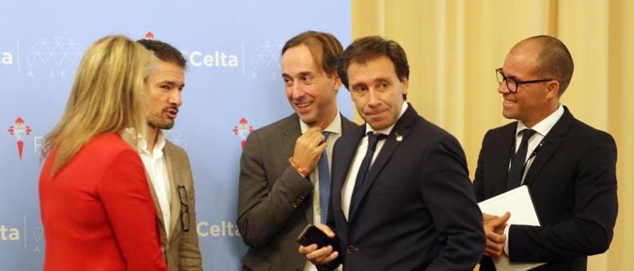 Antonio Chaves y Felipe Miñambres, en el centro, durante un desayuno de trabajo en la sede del club. |  // MARTA G. BREA