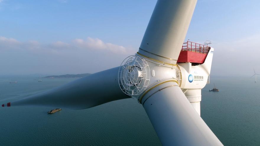 El gigante chino de la aerogeneración mide 242 metros