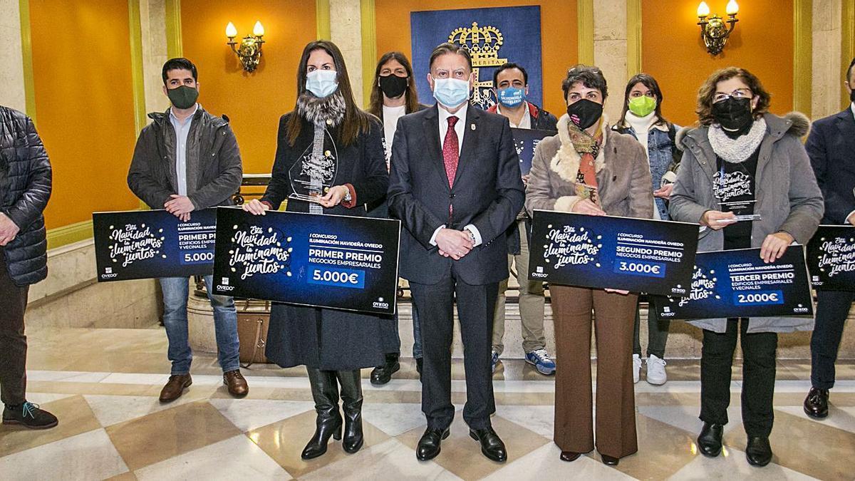 El Alcalde, en el centro, junto a los ganadores del concurso de iluminación y el concejal Javier Cuesta (primero por la izquierda). | Irma Collín