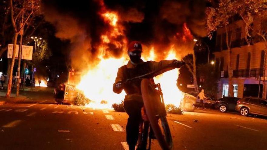 Las restricciones desatan la violencia en Barcelona