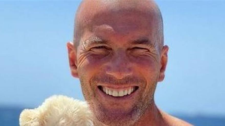 Zinedine Zidane, de vacaciones en Ibiza con su mascota