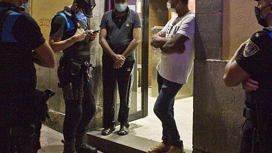 Armas, tarjetas de crédito perdidas y 50 clientes sin mascarilla en un bar en el Antiguo