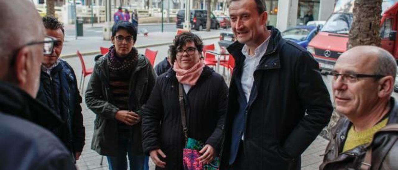Las dos comisiones negociadoras, la de Compromís y el PSOE, a su llegada a la sede de los socialistas.