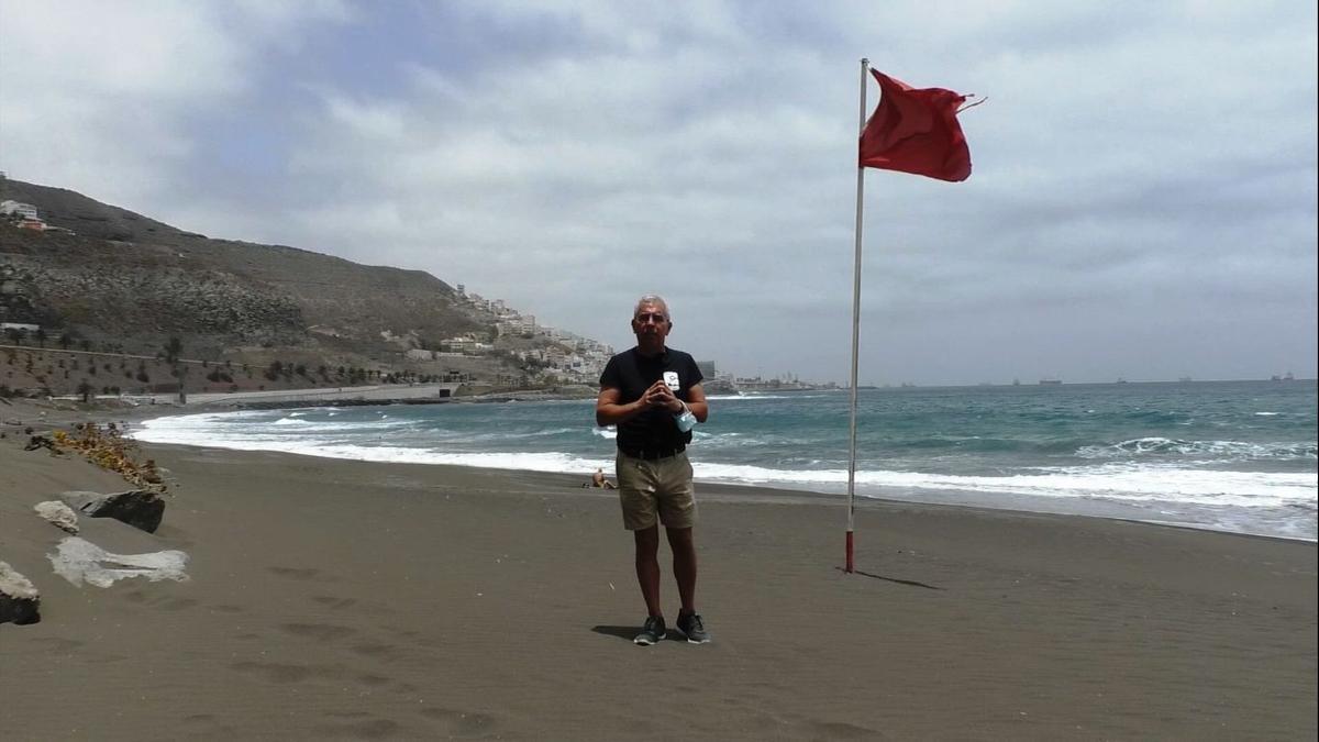 Sebastián Quintana on the beach of La Laja, in Las Palmas de Gran Canaria.