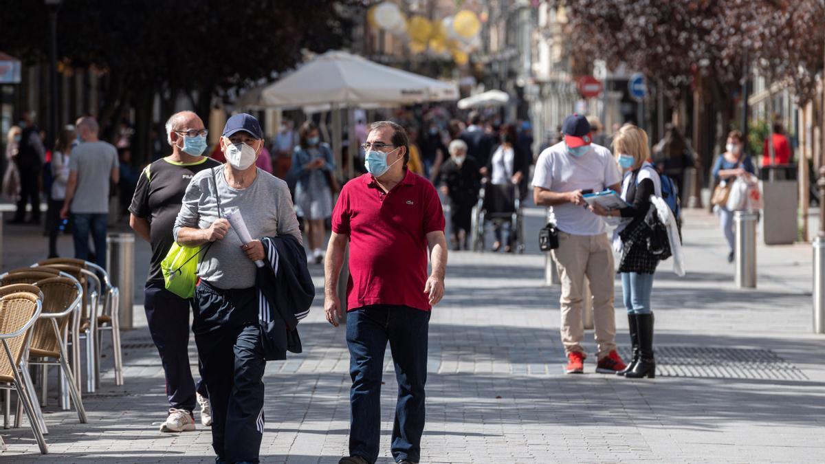 Ambiente en la calles de la Ciudad de Alcalá de Henares a 48 horas de que entre en vigor el decreto de restricción de la movilidad.