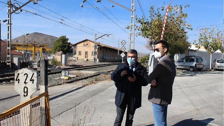 Novelda reclama eliminar el peligroso paso a nivel del barrio de La Estación