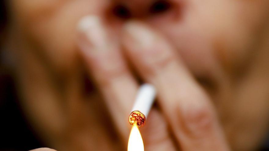 Medio centenar de asturianos multados por fumar en la calle: cuándo y dónde se puede consumir tabaco