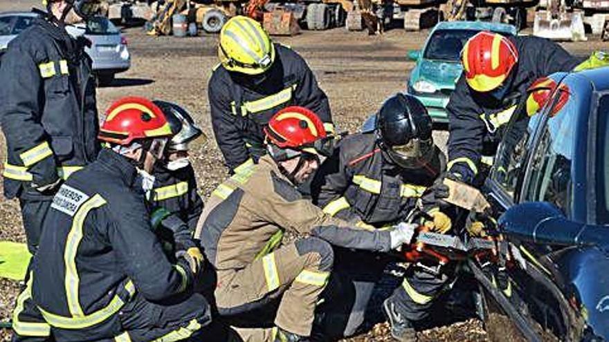 Un grupo pone en práctica cómo abrir un vehículo accidentado.