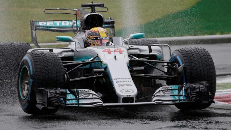 Hamilton suma otra 'pole' en casa de Ferrari
