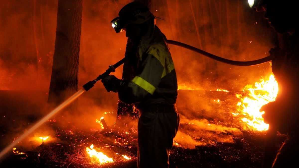Los bomberos apagan un fuego.