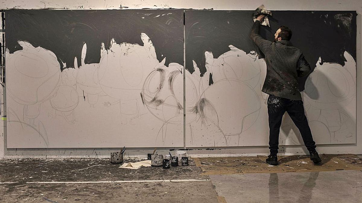 Edgar Plans pinta una de las obras que verán la luz en la exposición de Moscú.   LNE