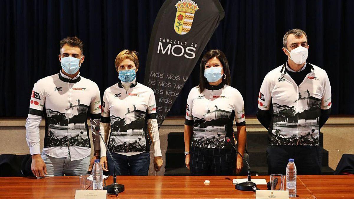 Oscar Pereiro, Nava Castro, Nidia Arévalo y Javier Guillén con el mailot conmemorativo de la salida de la Vuelta desde Mos, en un acto ayer tarde en la localidad.
