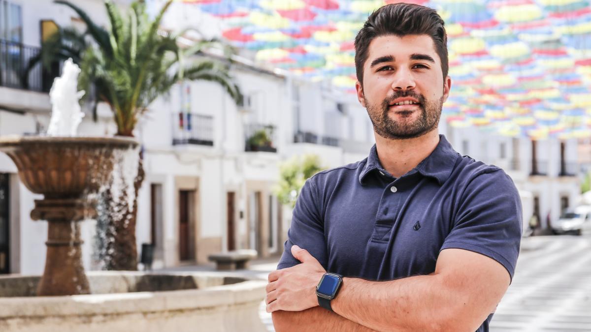 El joven posa en Malpartida de Cáceres, su localidad natal.