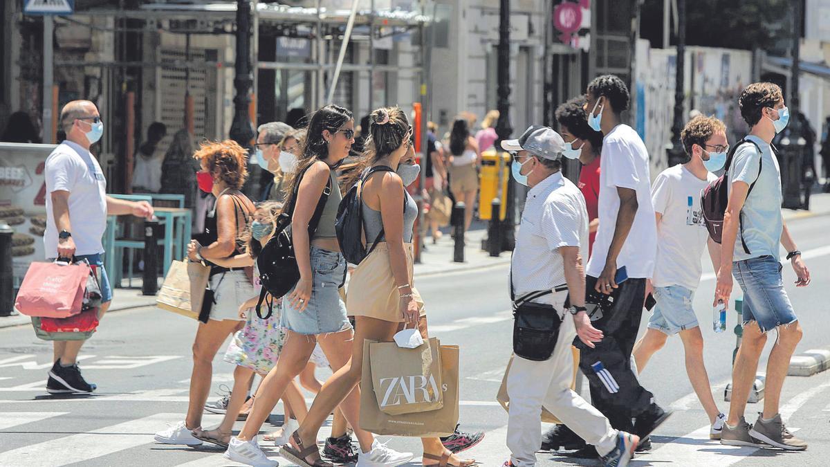 València afrontó la primera jornada sin mascarillas en exteriores entre la prudencia y la euforia.