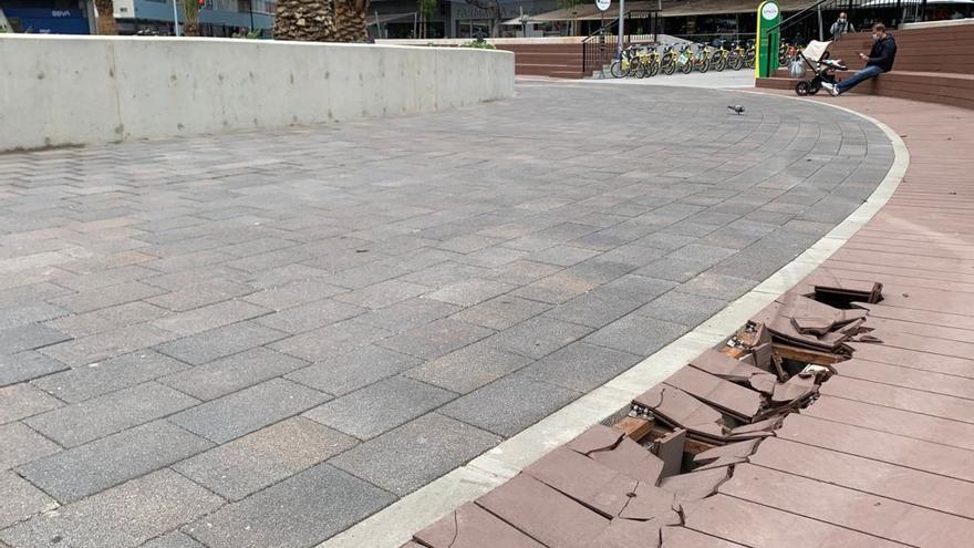 Primeros desperfectos en la reformada Plaza de España pocas semanas después de su inauguración