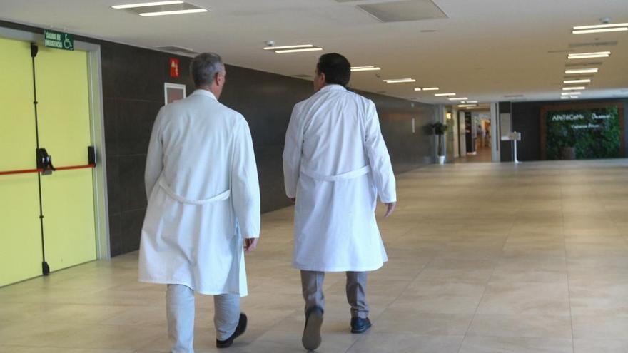 Dos médicos en un hospital.