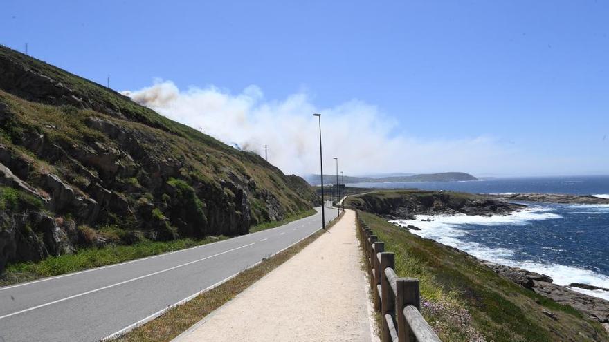 Los Bomberos intervienen en un incendio forestal en la zona de Bens