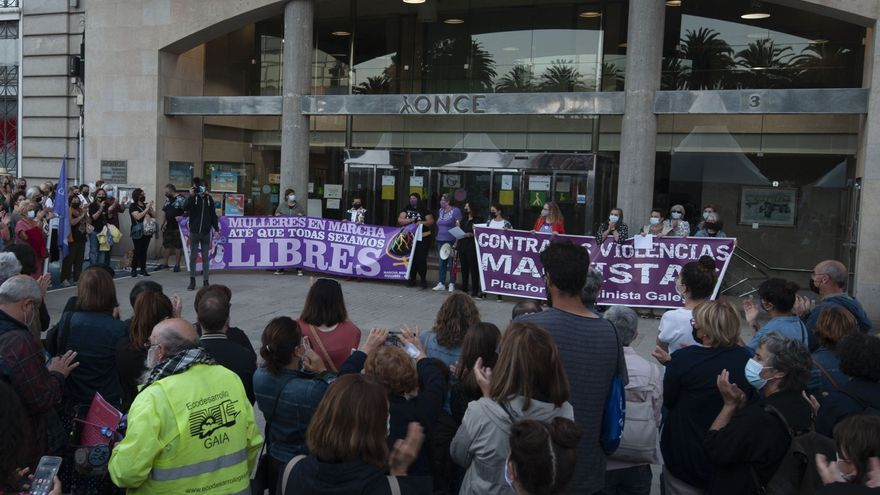 """Multitudinaria concentración en A Coruña por el asesinato de Mónica Marcos: """"si tocan a una, nos tocan a todas"""""""
