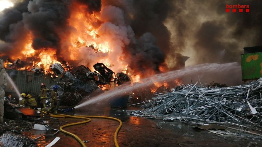 Arde una gran pila de chatarra en una planta de reciclaje en Barcelona