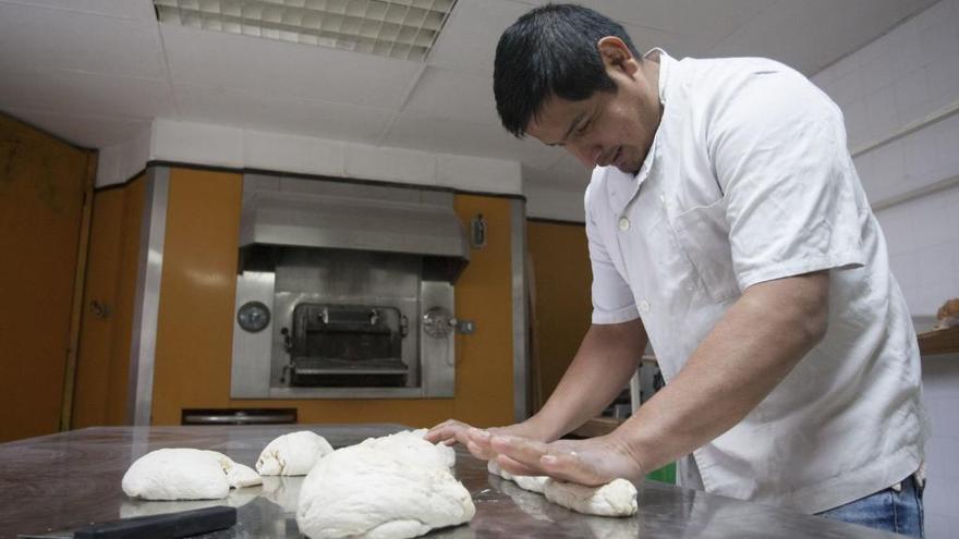 Carlos Villa prepara la masa de pan antes de meterla en el horno.