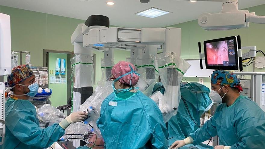 El Clínico interviene a más de un centenar de pacientes de urología con cirugía robótica