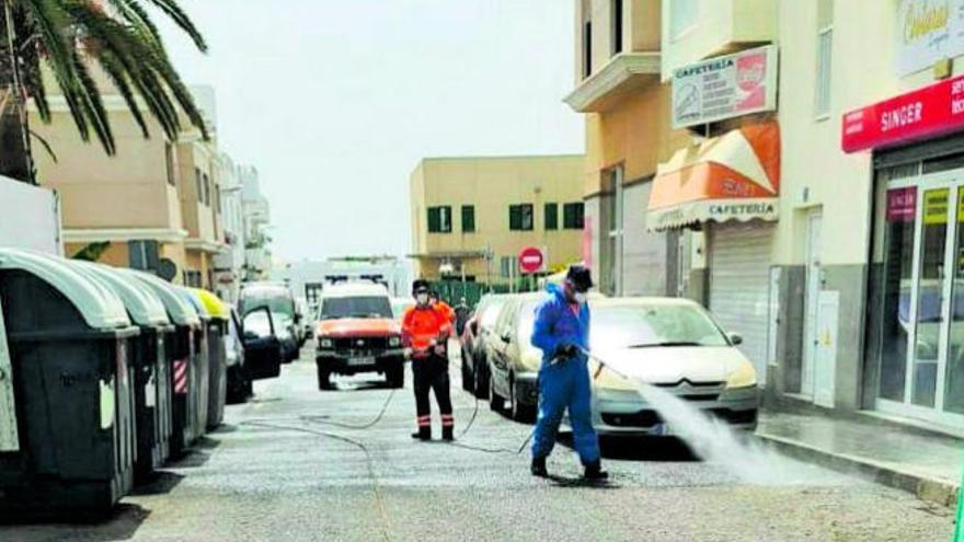 Protección Civil desinfecta a chorros