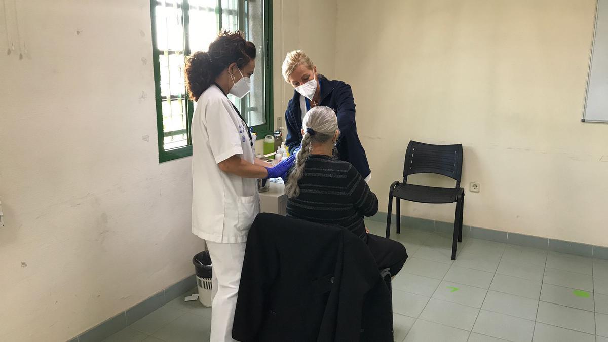 Una anciana recibe la vacuna contra el Covid-19