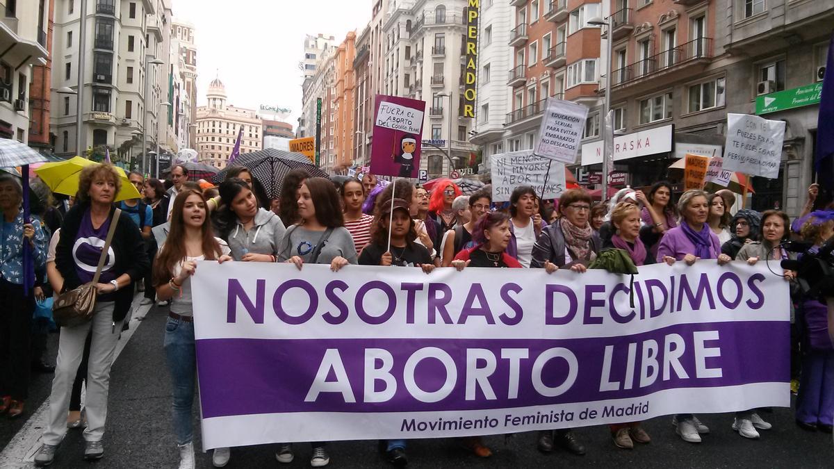 Archivo - Manifestantes en una movilización por el aborto libre en Madrid