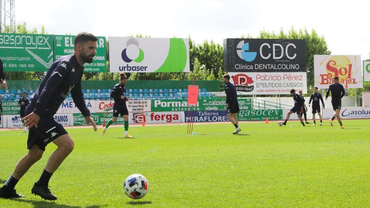 Jugadores del Villanovense durante un entrenamiento de esta semana.