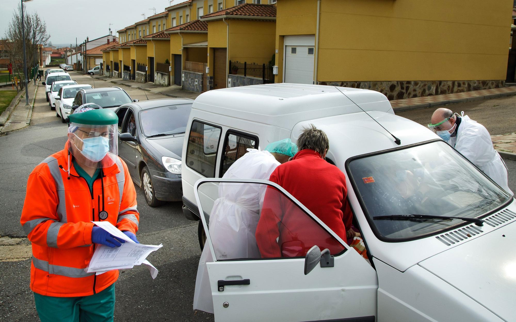 Así es la vacunación a personas dependientes desde el coche en Salamanca