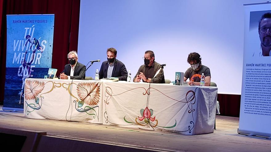 Exitosa presentación del primer ensayo ficción del doctor Martínez Piqueres en Novelda