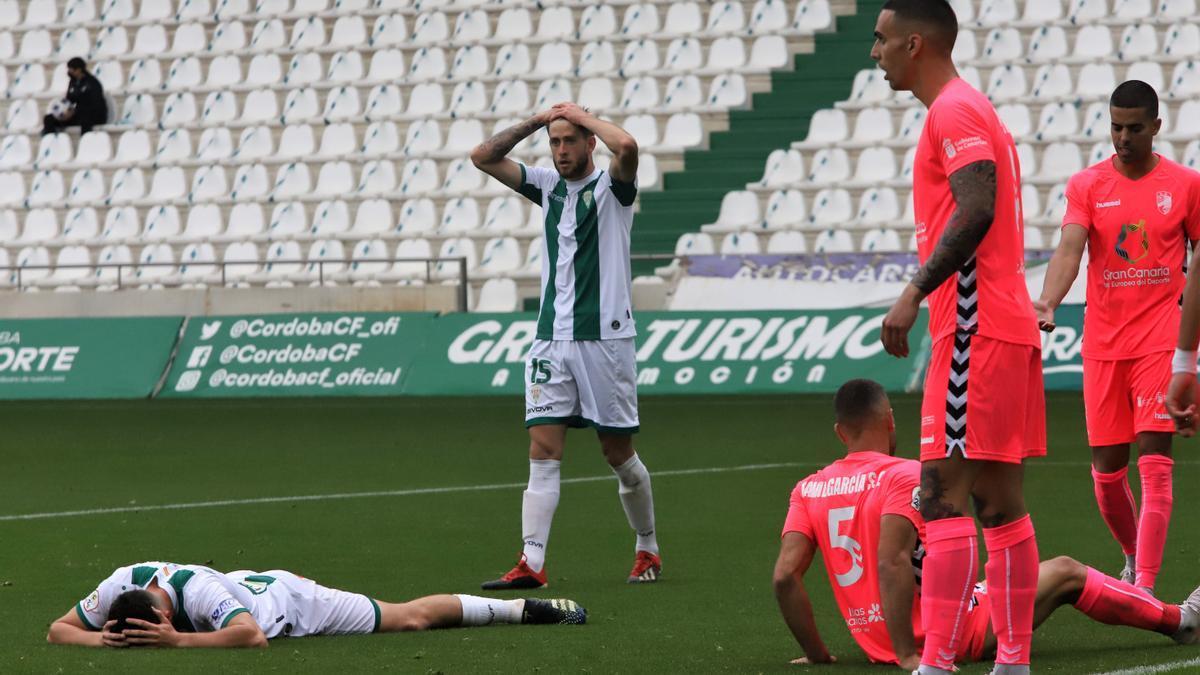 Nahuel y Del Moral, durante el encuentro entre el Córdoba CF y el Tamaraceite.
