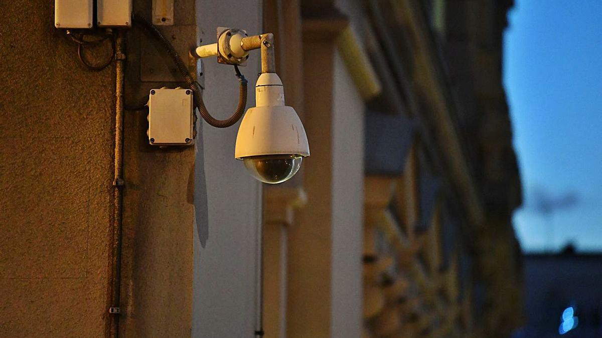 Una de las cámaras de vigilancia del Palacio Municipal que serán sustituidas.     // VÍCTOR ECHAVE