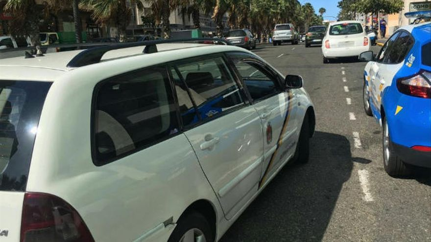 La policía caza el taxi de un flotero sin papeles y con la ITV falsificada