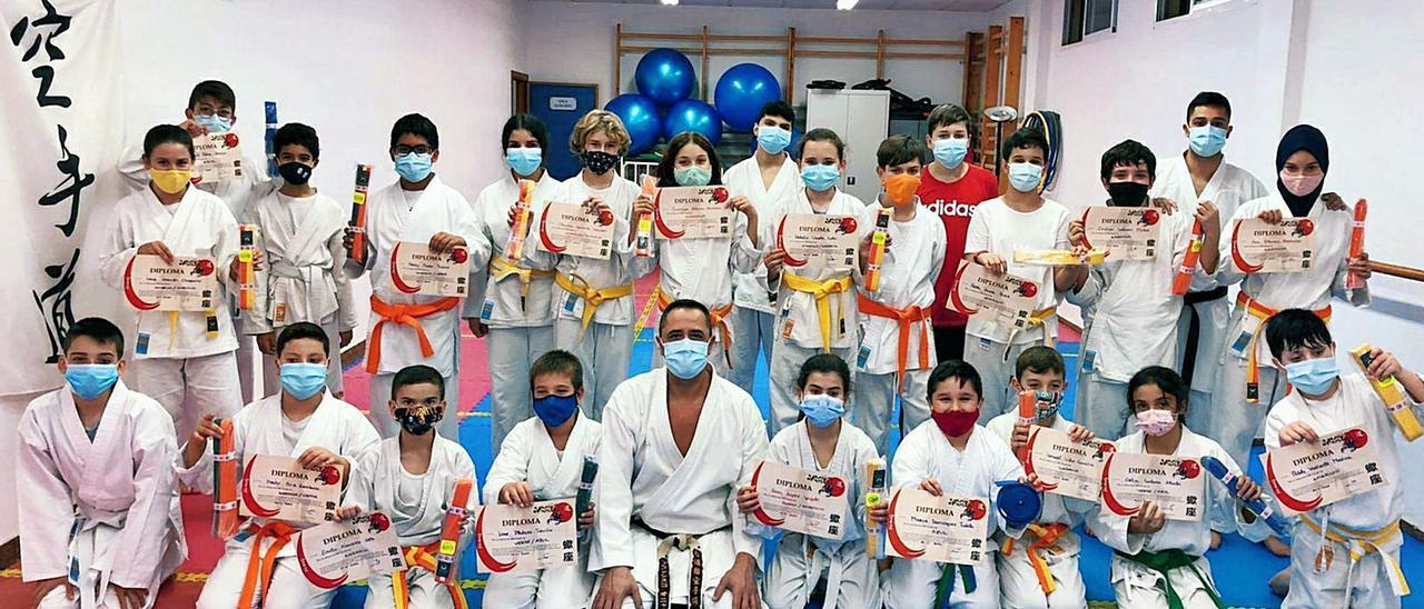 Los alumnos y alumnas del Club de Karate Manises posando con los diplomas junto a su Sensei Francisco Oña.     C.K.M.