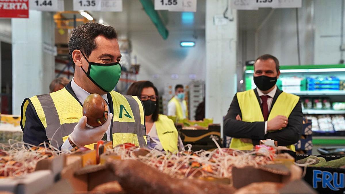 El presidente de la Junta de Andalucía, Juanma Moreno, ayer durante la visita a la central de Covirán, en Atarfe.