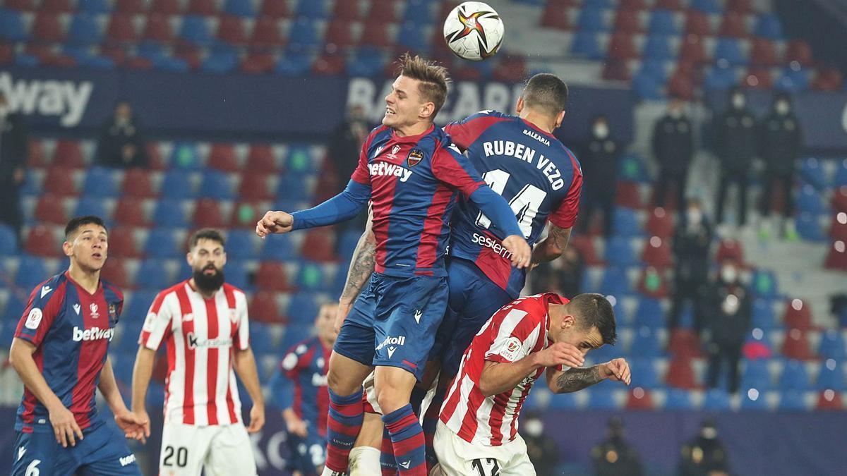 Varios jugadores del Levante y el Athletic pugnan por arriba por un balón dividido, ayer.   JM LÓPEZ