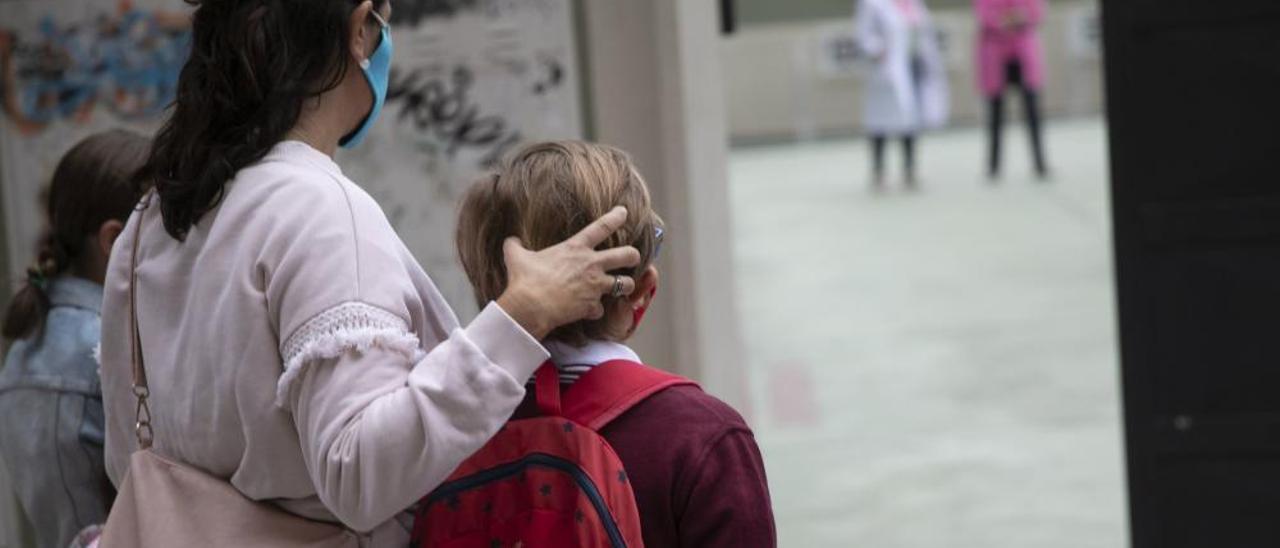 El primer día de cole en la pandemia: la comida en el aula y el pincho con mascarilla