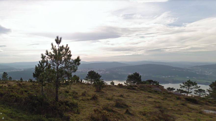Una mujer perdida pasa la noche en un monte en A Coruña con los agentes que acudieron a buscarla